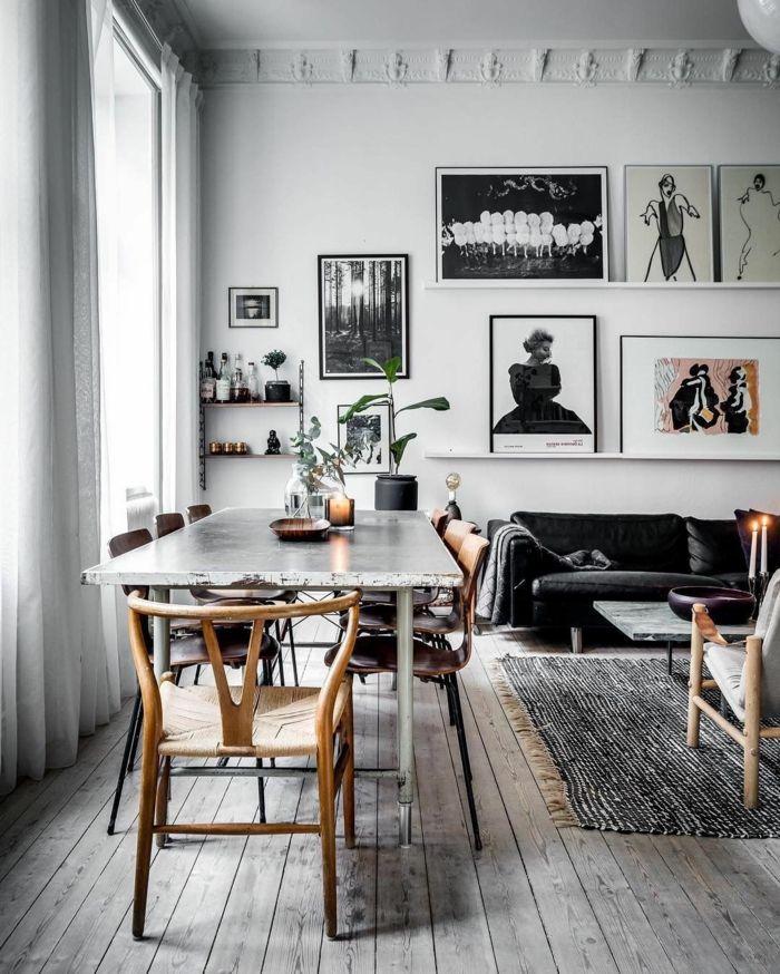 salon comedor en blanco y negro, mesa con sillas desparejas, estilo ...