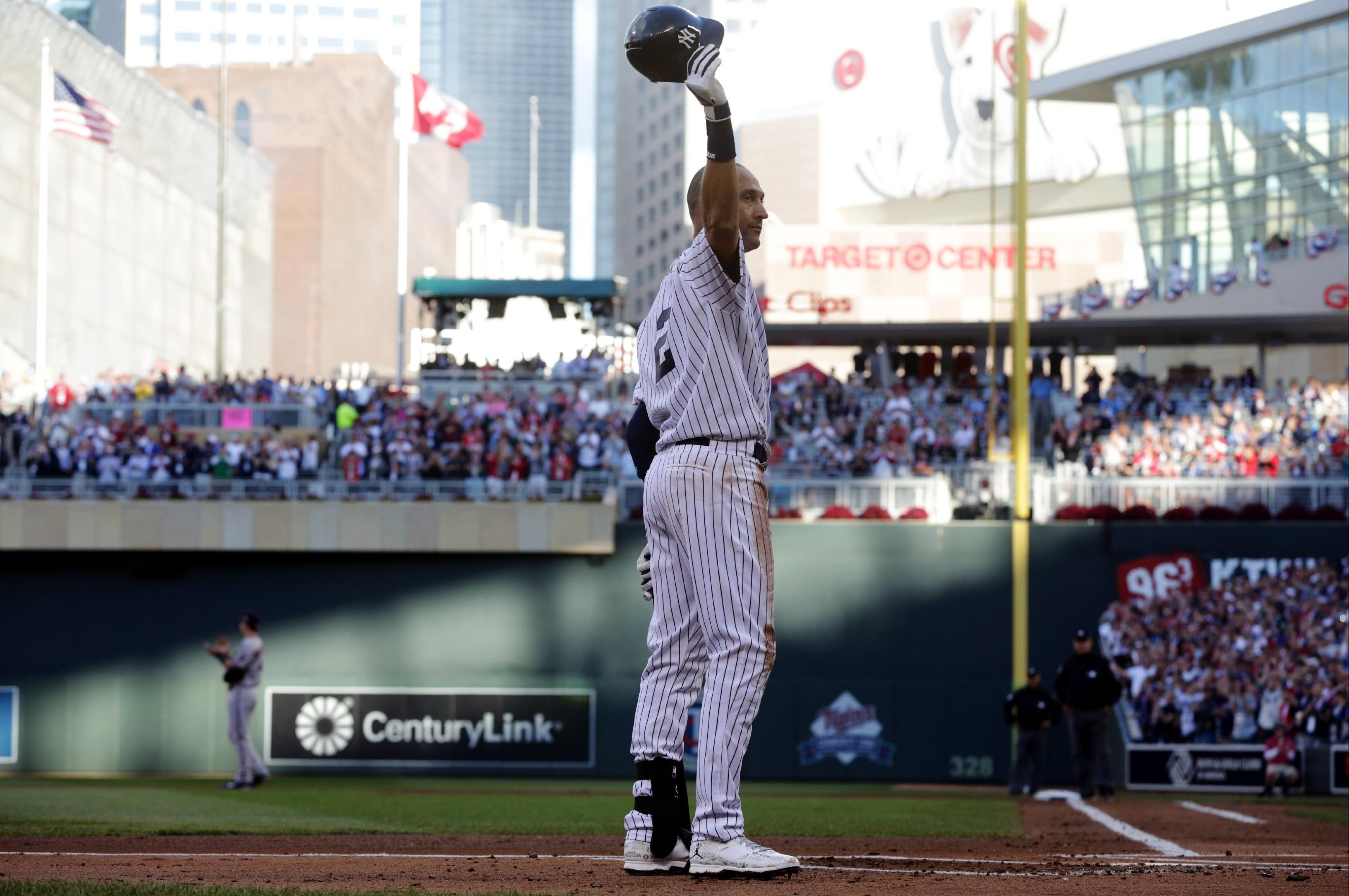 All Star Farewell Jeter Takes Bow Hits Double Shortstop Derek Jeter Of The New York Yankees Waves To The Crowd Du Derek Jeter Star Games New York Yankees
