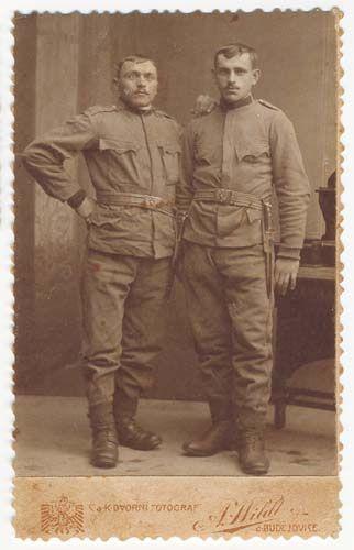 Wildt A. České Budějovice / Budweis. Na fotografii vpravo stojí Ludvík Dolejš. Österreich-Ungarn Army  Cabinet card..