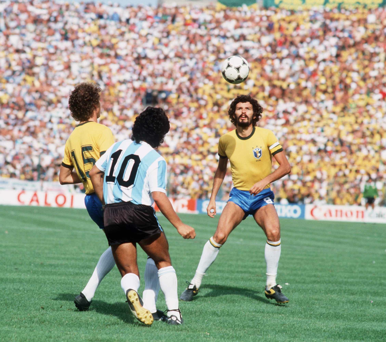 Falcão, Maradona e Sócrates no mesmo lance. O campo era pequeno para tanta categoria. Copa do Mundo da Espanha de 1982. Brasil 3x1 Argentina.