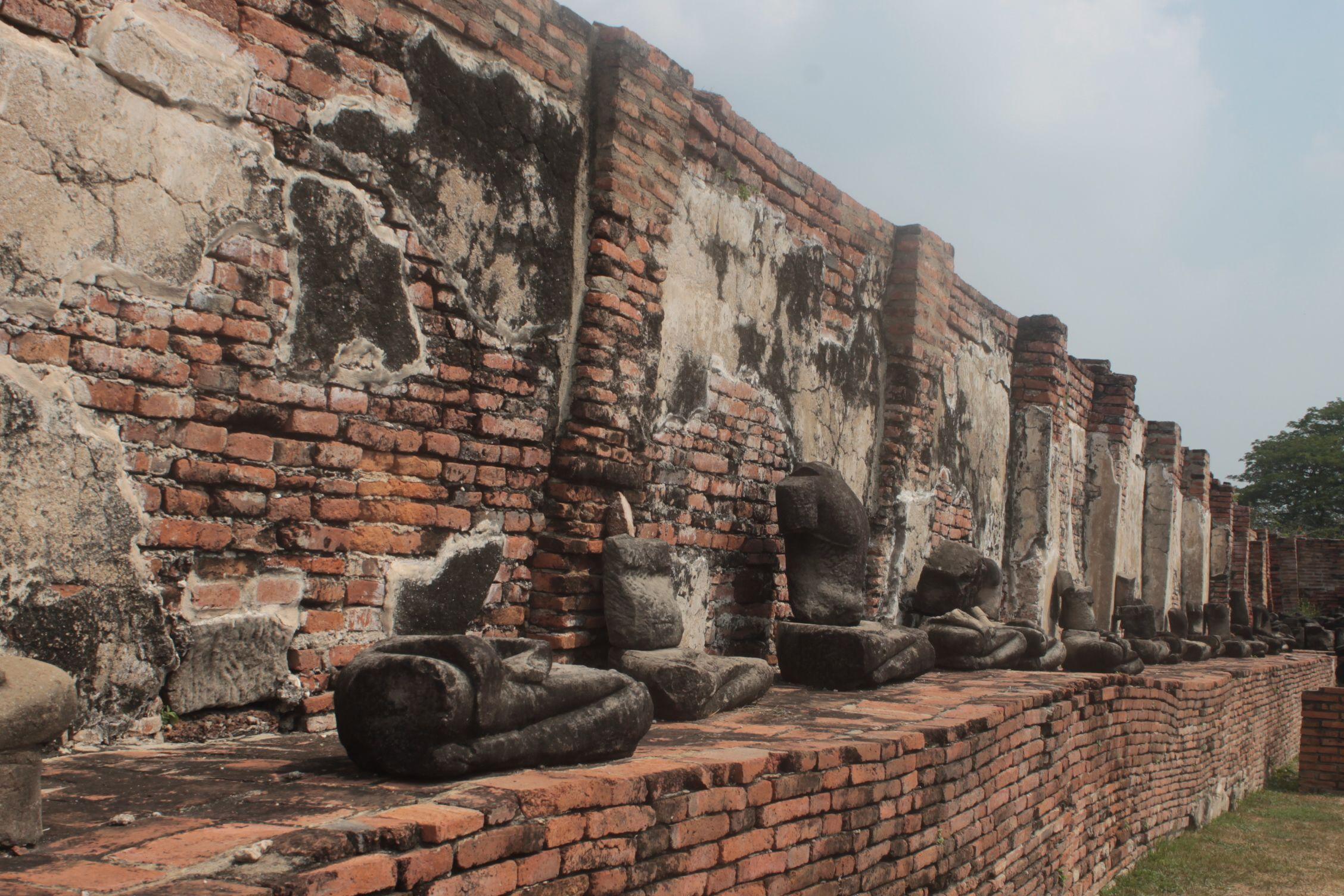 Figuras de Buda muy deterioradas en uno de los templos
