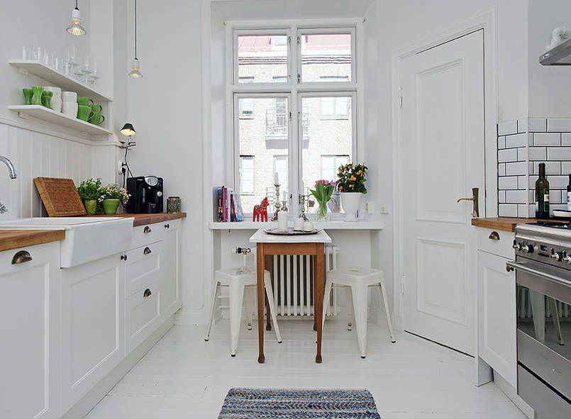 Aby Zabezpieczyc Deski Podlogowe Przed Zniszczeniem Pomalowano Je Na Bialo Olejna Farba Z Small Kitchen Design Apartment Kitchen Layout Small Galley Kitchens
