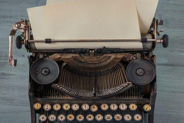 Antigua máquina de escribir con una hoja  Premium Photo