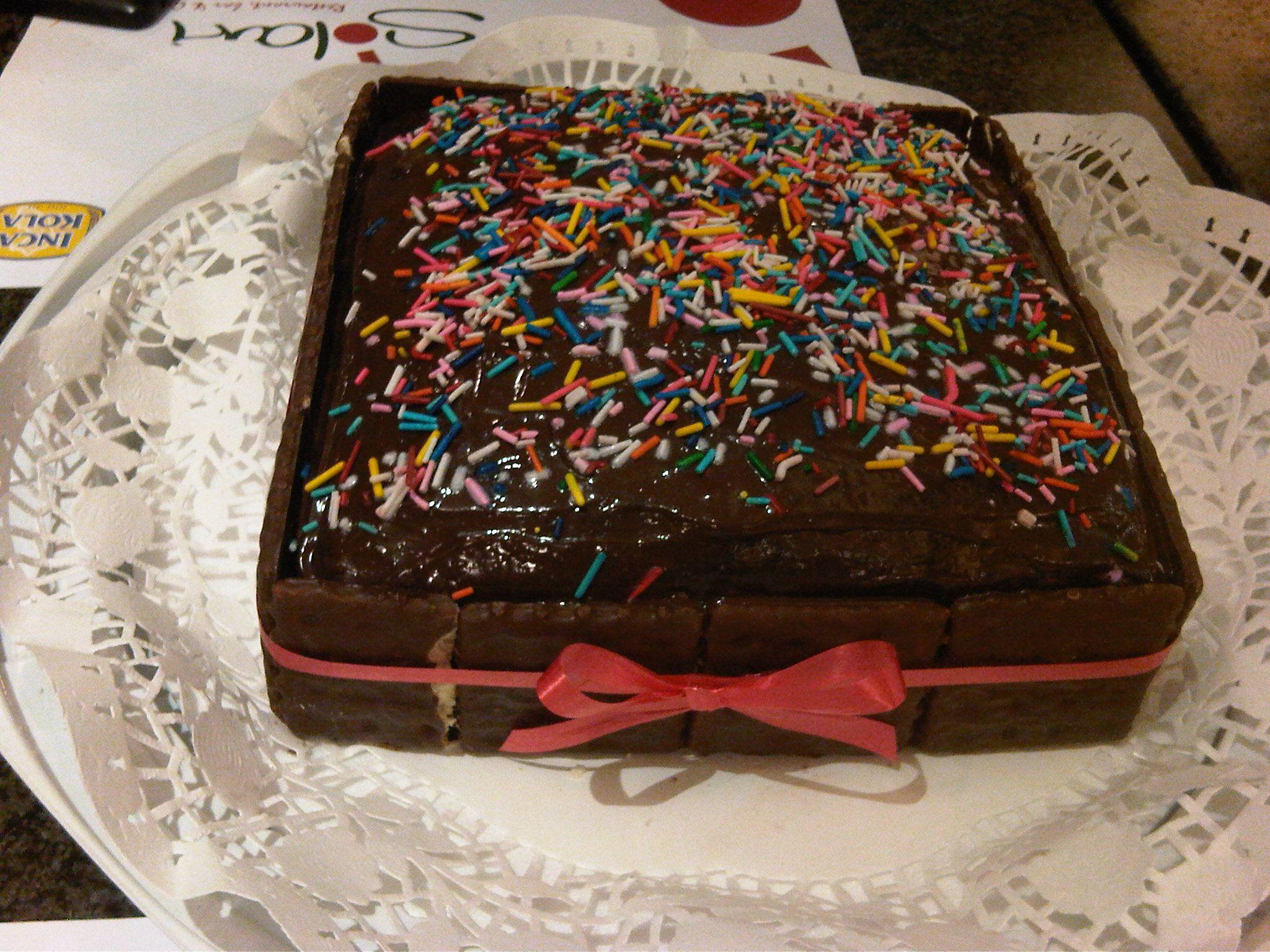 torta de chocolate rellena de fudge de chocolate , decoradas con ...