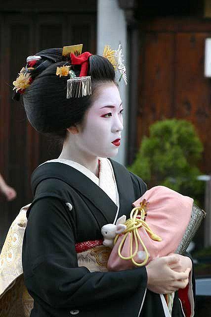 How geishas act