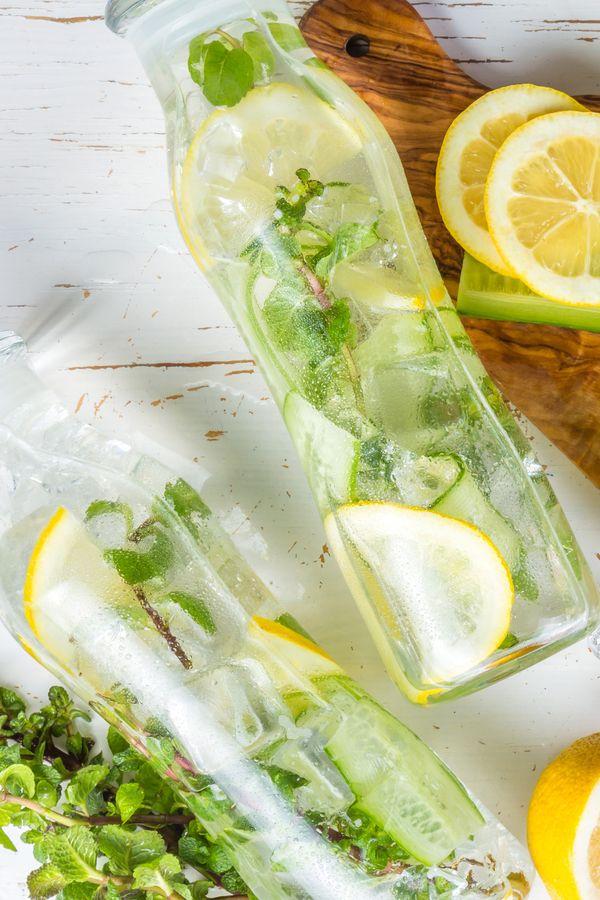 3 Detox-Wasser-Rezepte für einen flachen Bauch