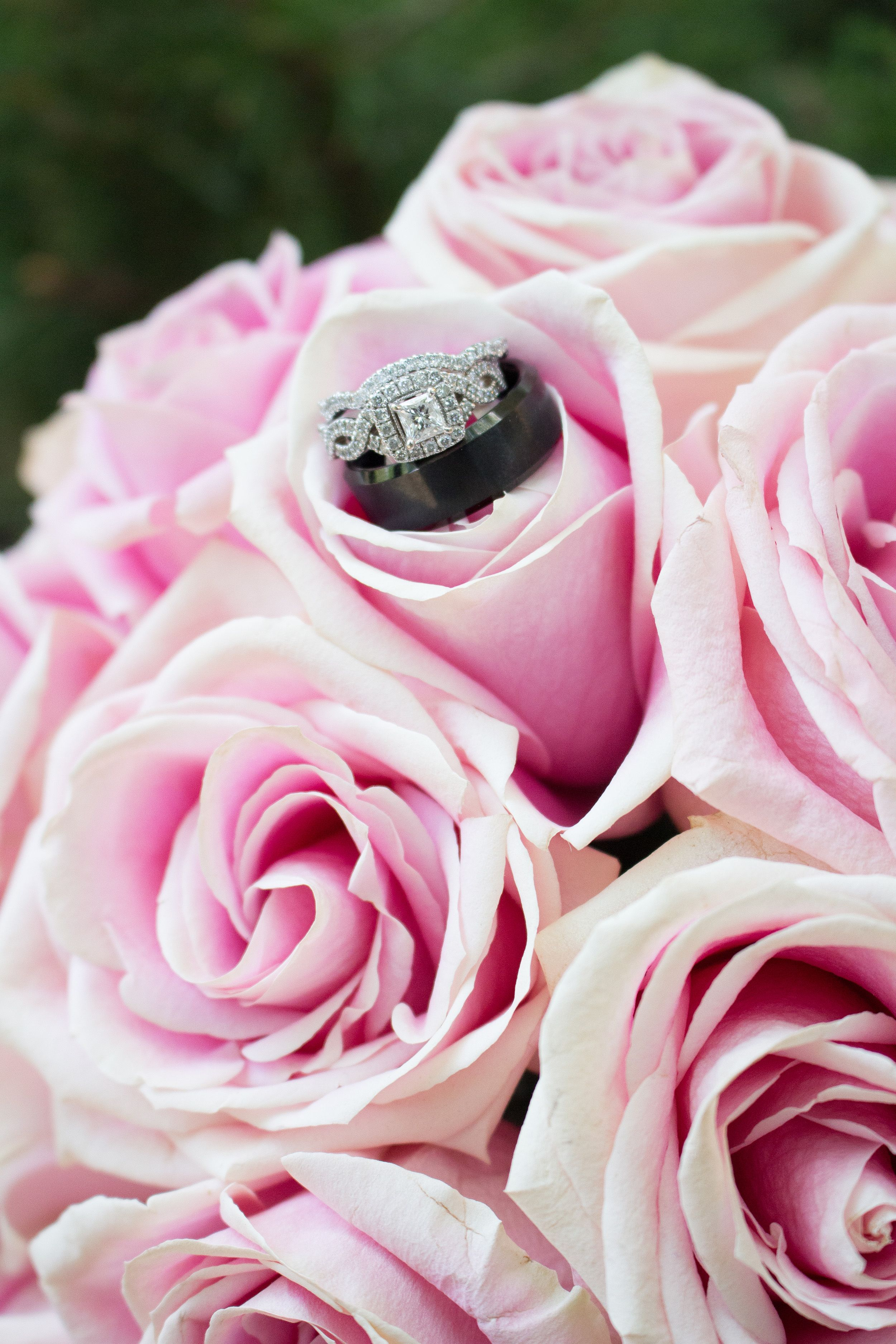 Bridal bouquet and wedding rings, Samuel\'s Grande Manor ...