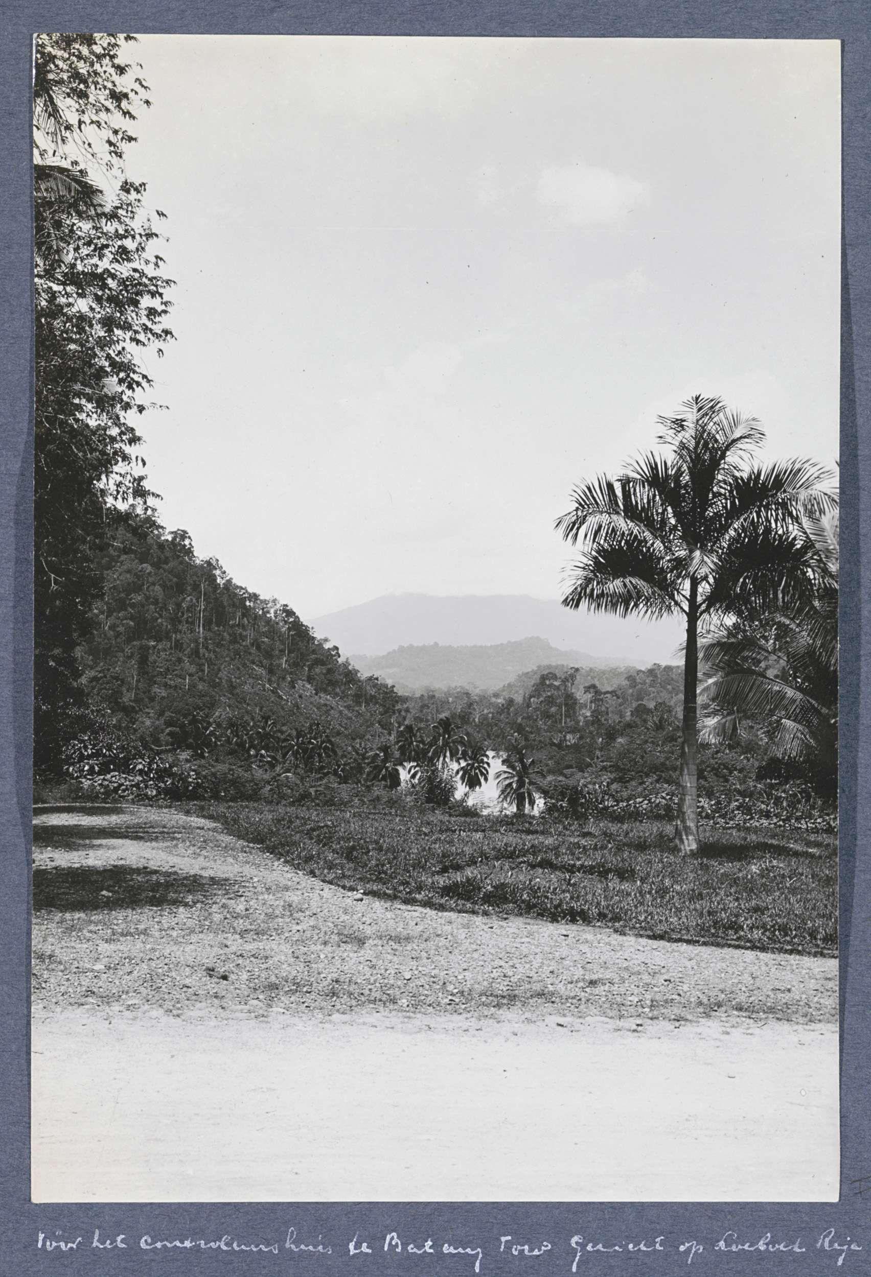 Anonymous   Gezicht op Loeboek Raja vóór het controleurshuis te Batang Toru op Sumatra, Anonymous, c. 1900 - c. 1920   Onderdeel van Reisalbum met foto's van bedrijvigheid en bezienswaardigheden op Sumatra en Java en van de reis naar en van Nederlands-Indië.