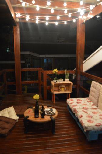 Deck Romântico, Poltrona de palet, armarinho de caixote, mesa de bobina de cabos