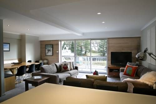 Altitude Apartments Falls Creek Altitude Apartments offers accommodation in Falls Creek. Summit Chair is 100 metres away. Free WiFi is provided .  The accommodation is fitted with a flat-screen TV. Some units feature a terrace and/or balcony.