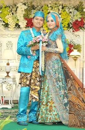 Baju pengantin ini menjadi sebuah keharusan bagi para