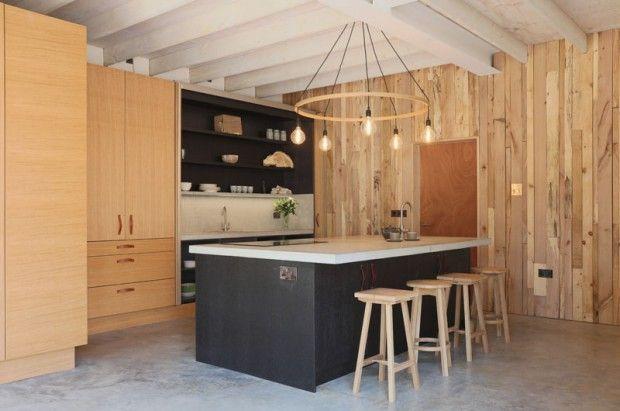 Maison en bois et pierre au milieu de la forêt par le designer Tom