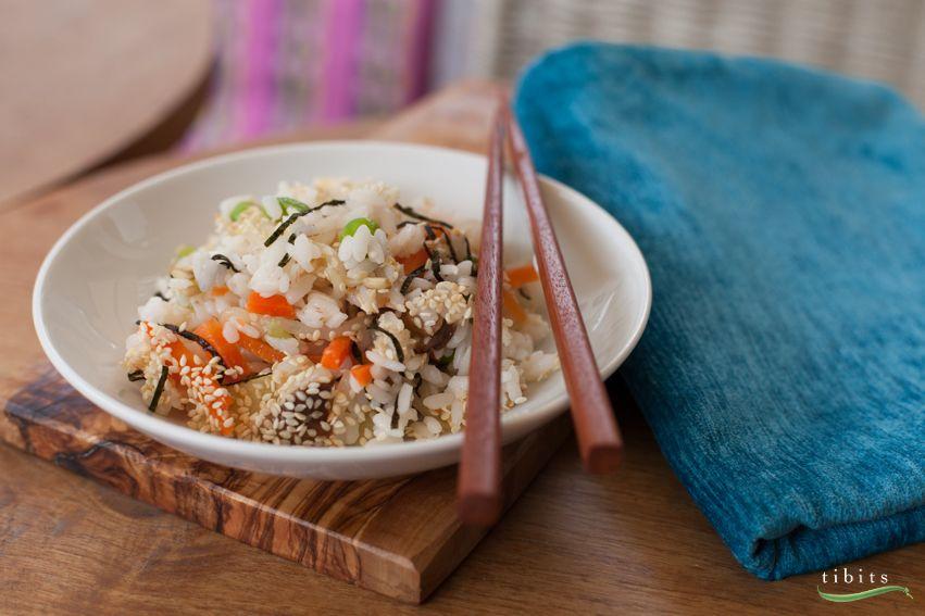 Auch Japaner nehmen es manchmal lockerer. Wir haben uns ihr offenes Chirashi Sushi abgeschaut – ein perfekter Reissalat mit exotischer Note. Chirashi Sushi ist die einfachste Art, Sushi zu zubereiten. Ohne komplizierte Rolltechniken und kunstvolle Arrangements. Unser Chirashi enthält alles, was man von einem Veggie Sushi erwartet: mit Reisessig abgeschmecktes Rundkornreis, frische Rüeblistreifen, Soja- und Bambussprossen, blanchierte Sojabohnen, Shitake Pilze und Nori Umi Algen Konfetti.