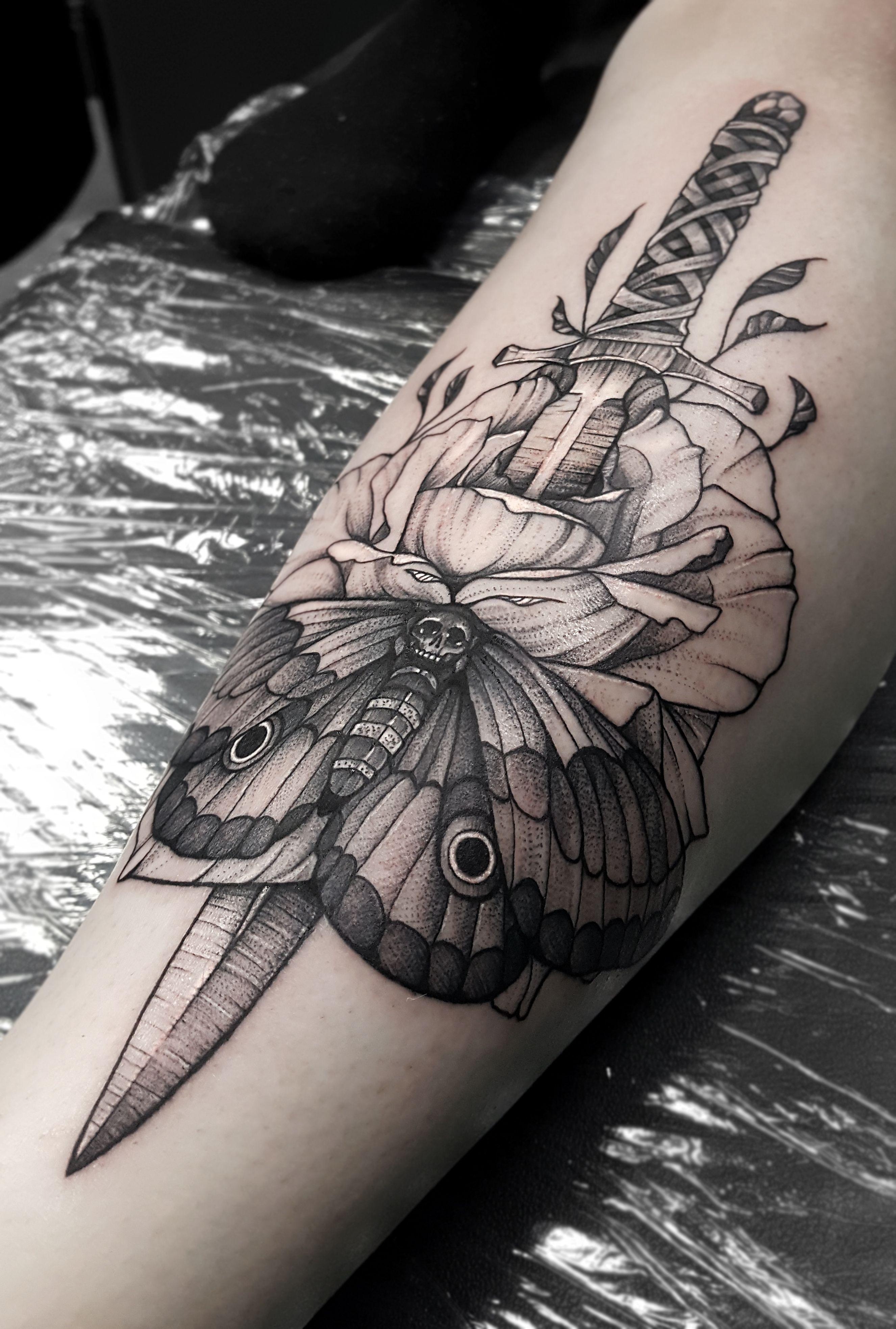 Blackwork Dolch Motte Rose Tattoo Tattoos Blackwork Tattoo Rose Tattoos