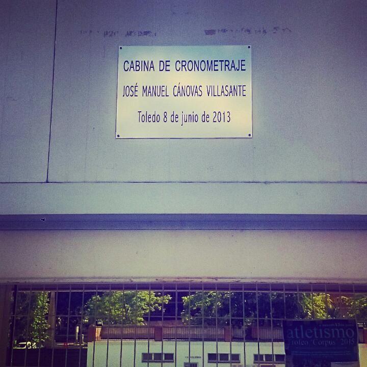 Placa en memoria de Jose Manuel Cánovas en la pista de #Atletismo de #Toledo