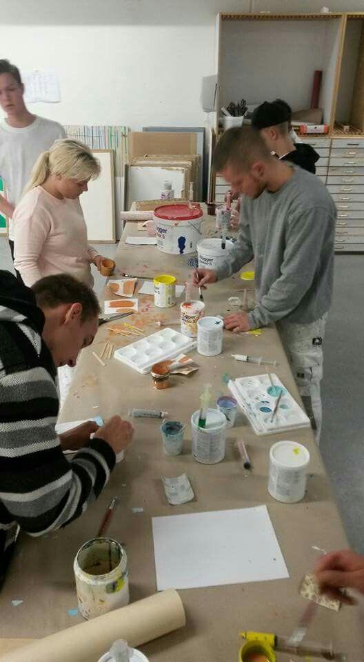 Fælles farveefterlignings opgave, alle har fået et stykke tapet som skal sættes fast på en plade og derefter laves der en farveefterligning af en farve af eget valg på tapetet