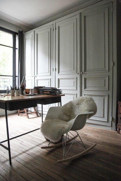 Chaise à bascule Charles et Ray Eames et peau de mouton décoration