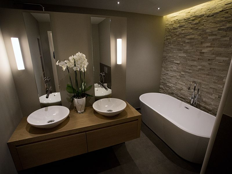 Douche achter wastafel bad in ruimte wc achter muurtje naast bad wc tegels pinterest - Rustieke wc ...