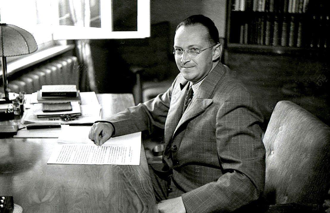 Photographie de Konrad Henlein à son bureau