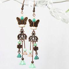 """Boucles d'oreilles poétiques """"papillons d'hiver"""" - howlite, perles de bohême et métal cuivré -"""