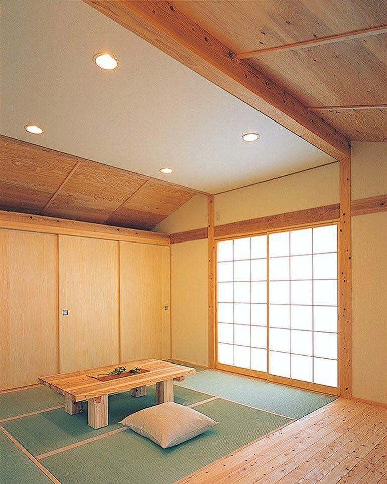 平天井の部分に和紙を貼ることで ビニールクロスと違い 素材が柔らかく美しい仕上がりに 調湿効果もあり 雨楽な家 のコンセプトにぴったりの材料です 防火認定が取れているので キッチンの天井にも使用できます 自然 木の家 オープン Diy 自由設計