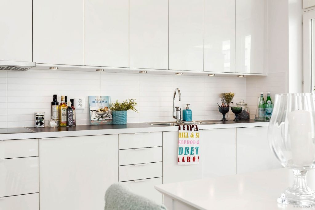 Keuken Interieur Scandinavisch : Een strakke witte keuken kan je opvrolijken met kleurrijke