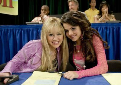 Selena Guest Stared On Hannah Montana As Mikayla Selena Gomez And Miley Cyrus On The Set Of Hannah M In 2020 Disney Channel Shows Disney Channel Stars Disney Channel