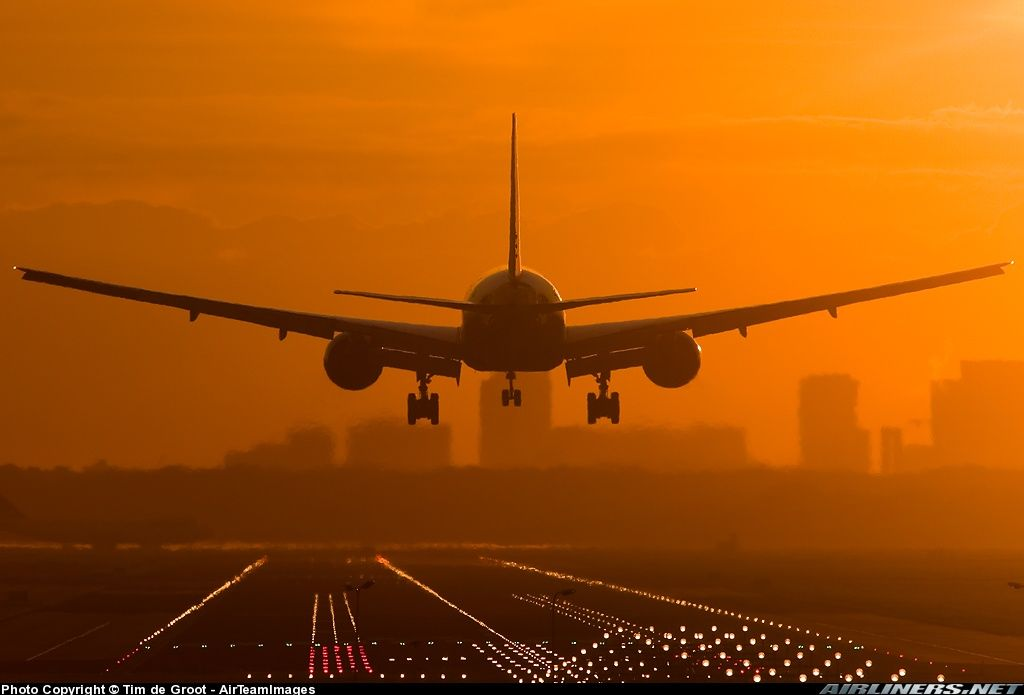 Boeing 777-206/ER on short final to a fiery airport