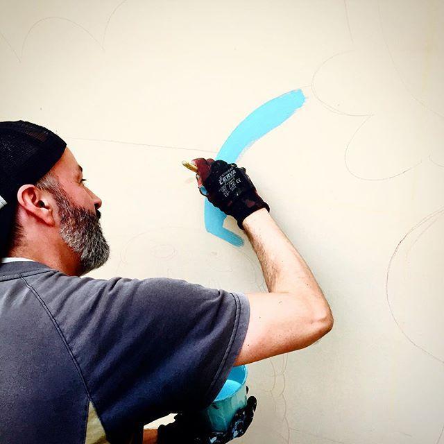 En Unicenter los primeros pasos del mural... nos vamos llenando de expectativas mientras empiezan a las primeras líneas. #mesdelniño #diadelniño #colores #mural