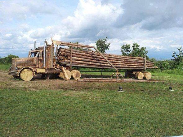 Camión fabricado con troncos de madera