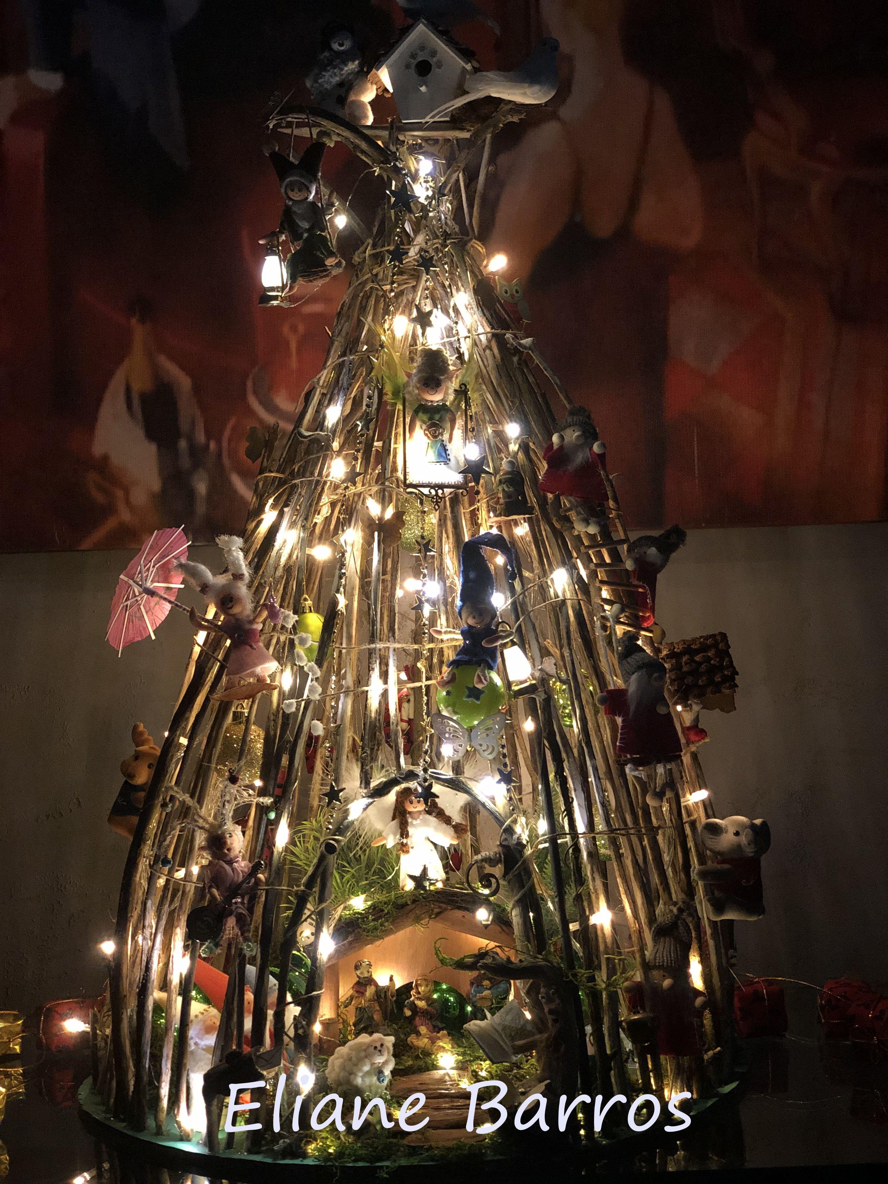 Arvore De Natal Feita De Galhos Secos Com Presepio No Centro E