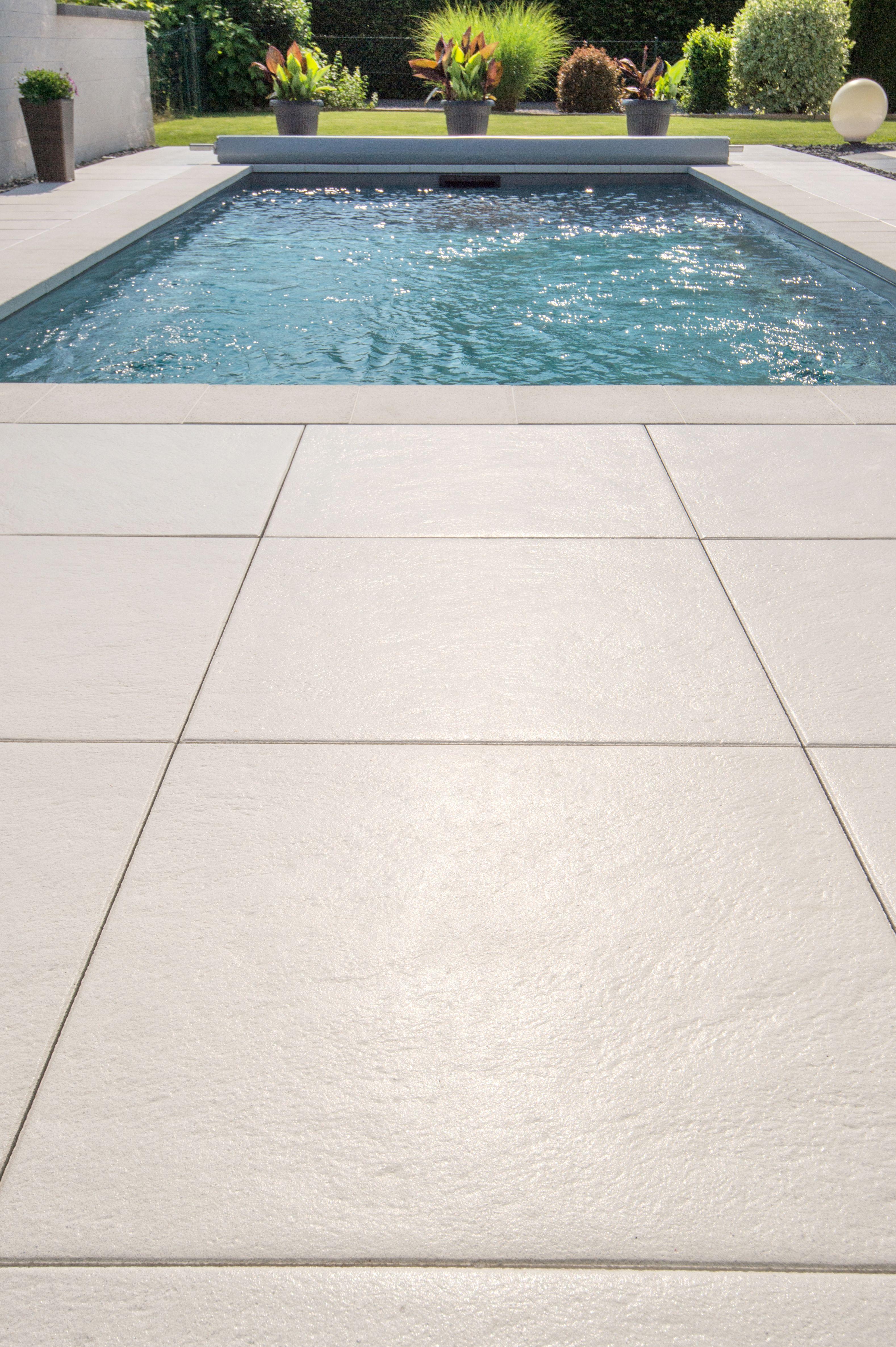 Großflächige Poolumrandung Aus Terrassenplatten Von Godelmann #pool  #jacuzzi #swimmingpool #schwimmbecken