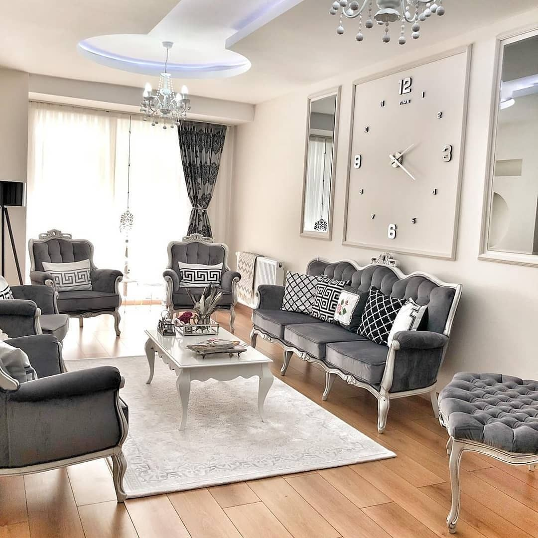 Barocke Sofa Elemente und Stühle treffen auf moderne Deko im