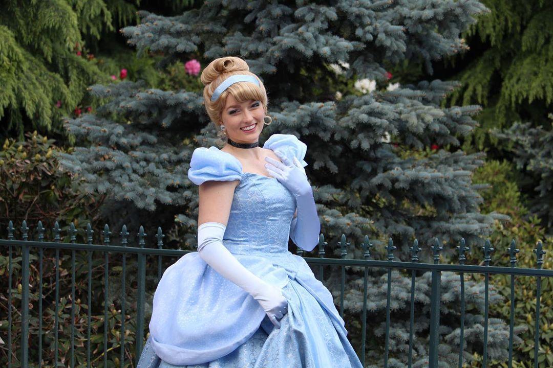 L Image Contient Peut Etre 1 Personne Debout Enfant Et Plein Air Disney Face Characters Cinderella Disney Disney Cosplay