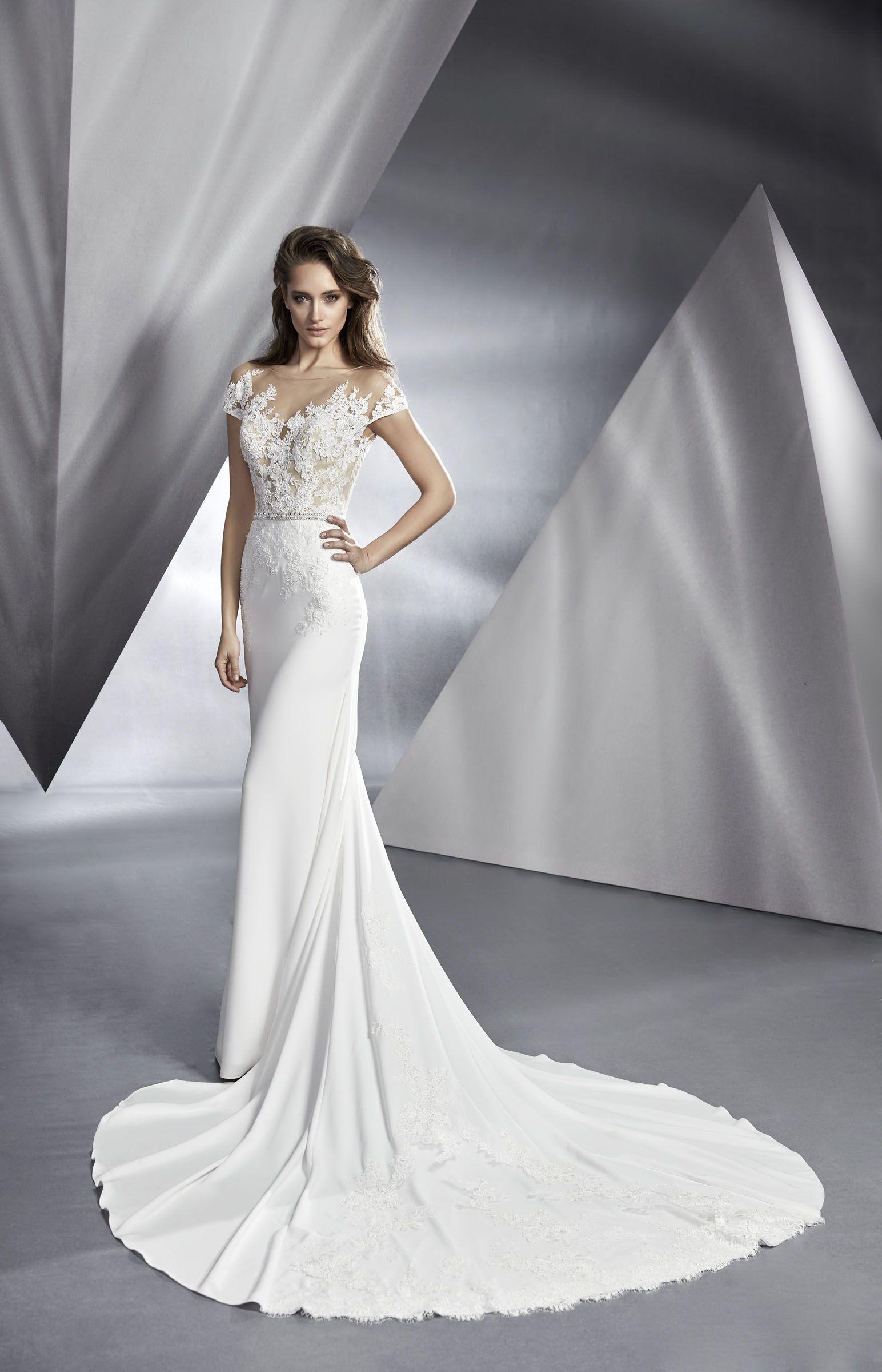 Sehr elegantes, figurbetontes Brautkleid mit tiefem