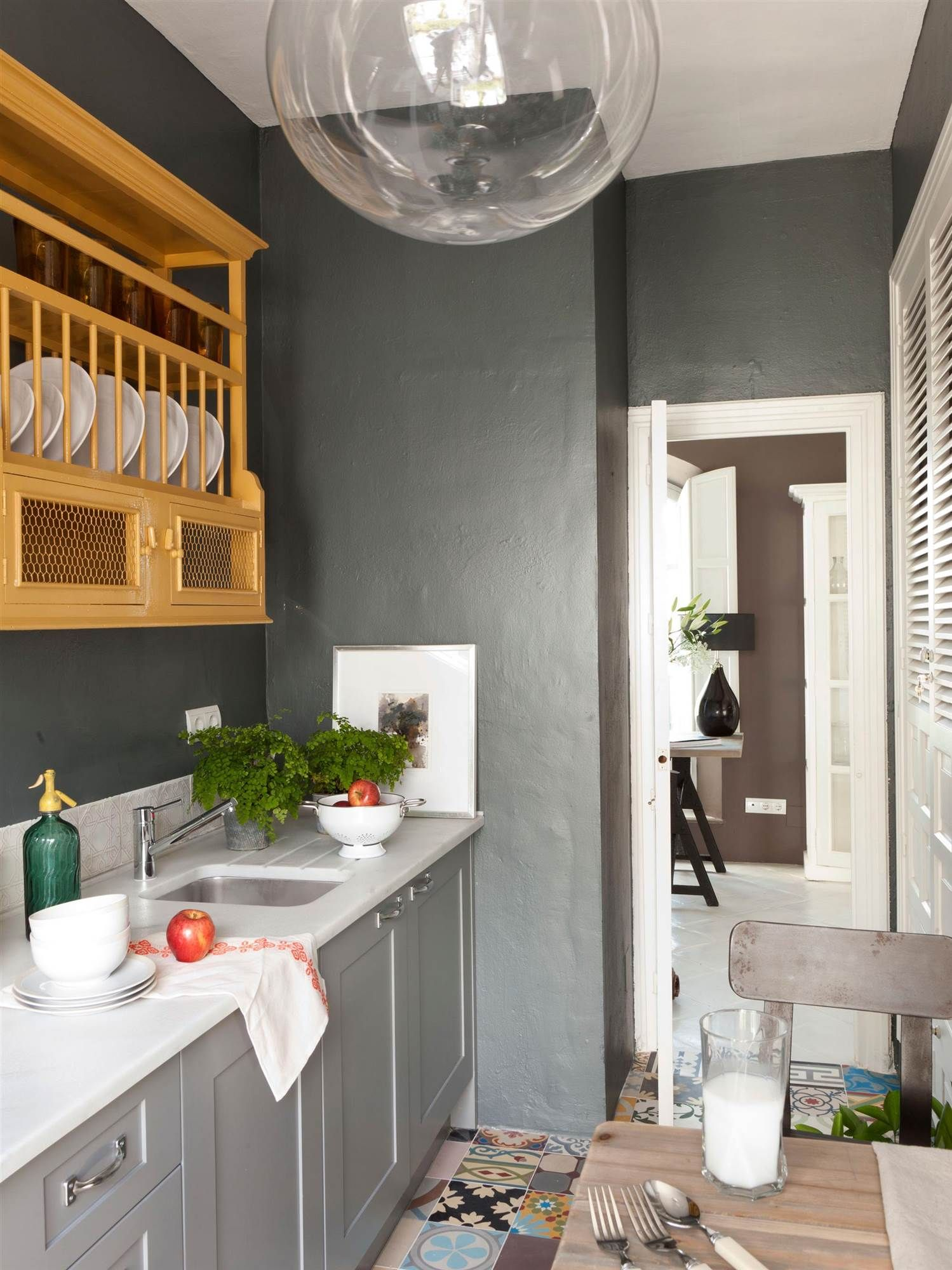 cocina pintada en gris plateado con mueble en tono mostaza_00364489 ...