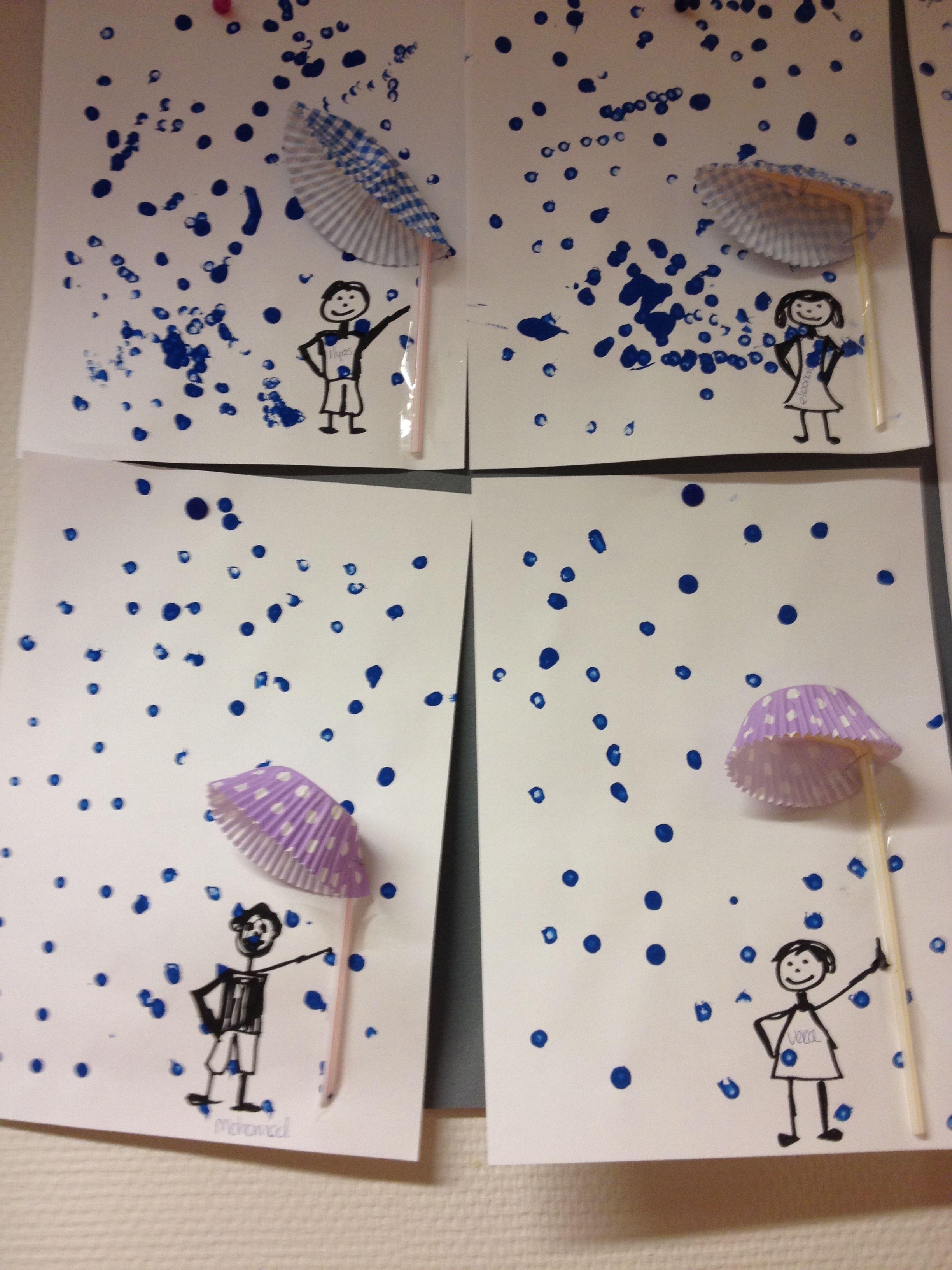 """In de regen.....cupcake papiertje met sate-stokje als paraplu. Met wattenstaafje regen """"stippelen"""""""