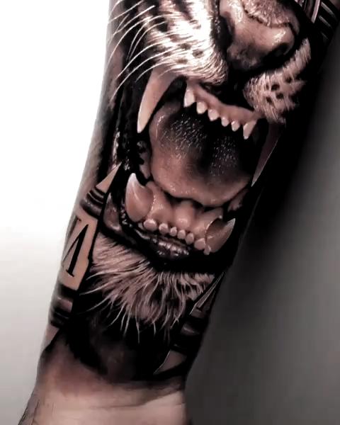 Tatuagem no estilo preto e cinza criada pelo incrível tatuador Samurai Standoff de Porto Alegre. Clique para conhecer outros trabalhos desse artista incrível. #cinza #preto #realismo #Tigre