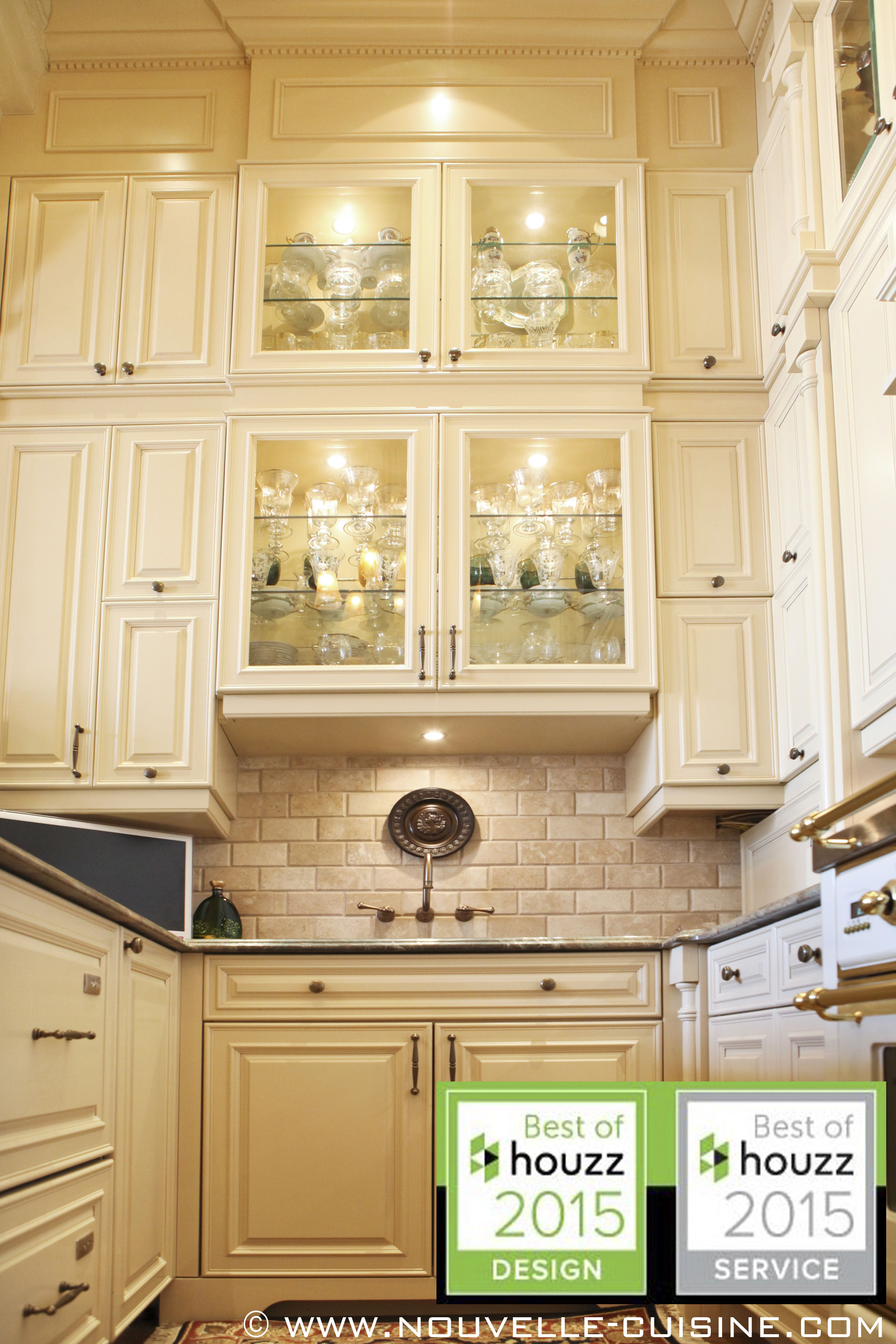 A Kitchen All About Height With Lacquered Cabinets And Granite Countertops Une Cuisine Toute En Hauteur Aux Kitchen Design Kitchen Cupboard Handles Kitchen