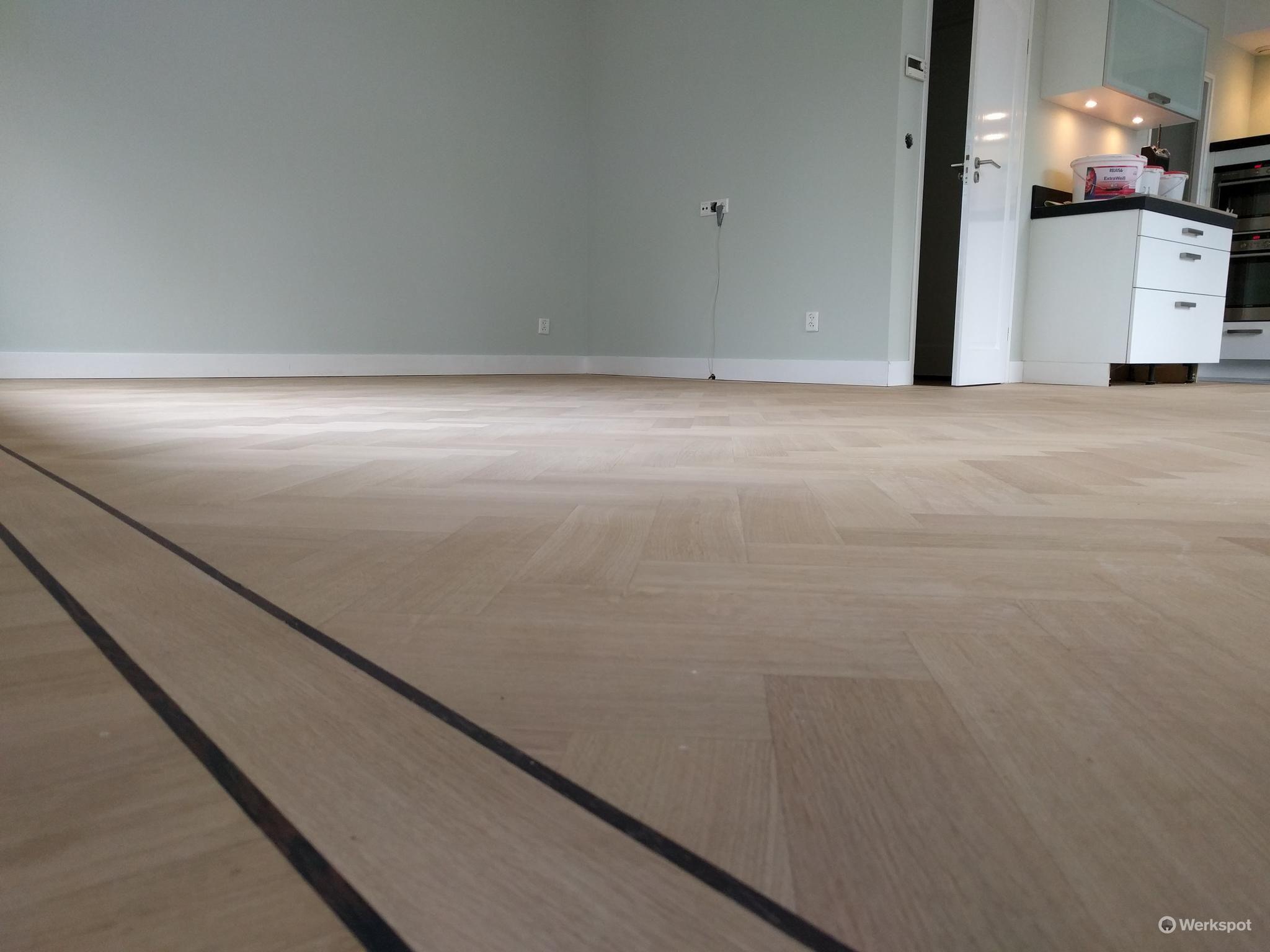 Visgraat planken vloer schuren en lakken met skylt woonkamer