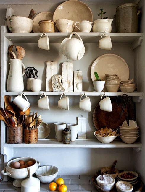babiččina police v kuchyni