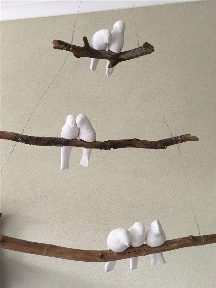Vogels op stok. Gezellig en ook geschikt voor echtgenoot met vogelallergie | Clay crafts, Clay ornaments, Pottery sculpture