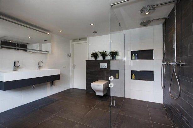 Mooi strak zwart wit met dubbele douche en mooie wc pot. badkamer