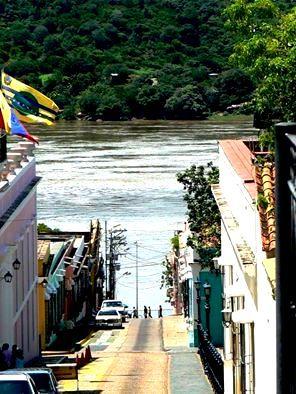 Río Orinoco desde una calle del Centro de Ciudad Bolívar.. Venezuela