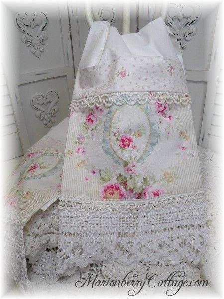 Tovaglie Shabby da bagno con inserti in tessuti floreali e uncinetto