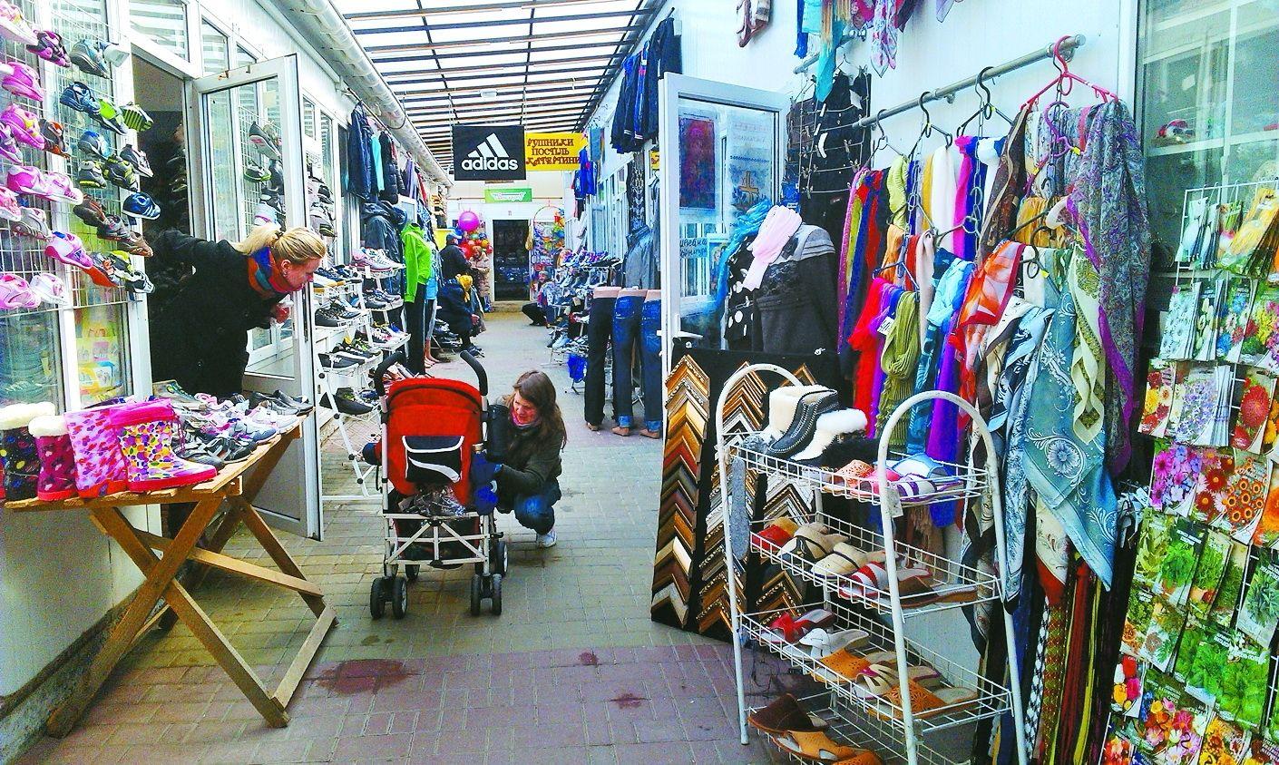 5525bc3bda6c4b На ринку «Провесінь» – дешевий одяг. Але в кризу 25 павільйонів закрилися.
