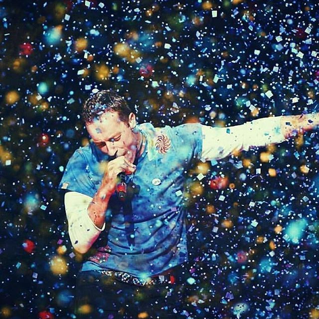 This Man Is One Of A Kind If Everyone Took Inspiration From Chris Martin Then Maybe The World Would Be A Bette Coldplay Coldplay Concert Chris Martin Coldplay