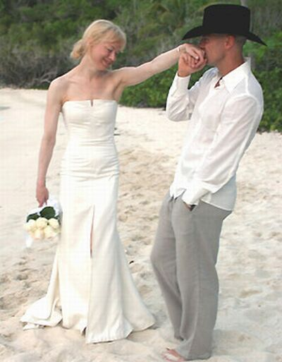 Failed Marriage Aside I Think Renee Zellweger S Simple John Galliano Wedding Gown Is Perfection It Fits Her Perfectly And The Only Would Want If
