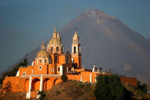 Santuario de Nuestra Señora de los Remedios y el Popocatepetl en Cholula, Puebla. México.