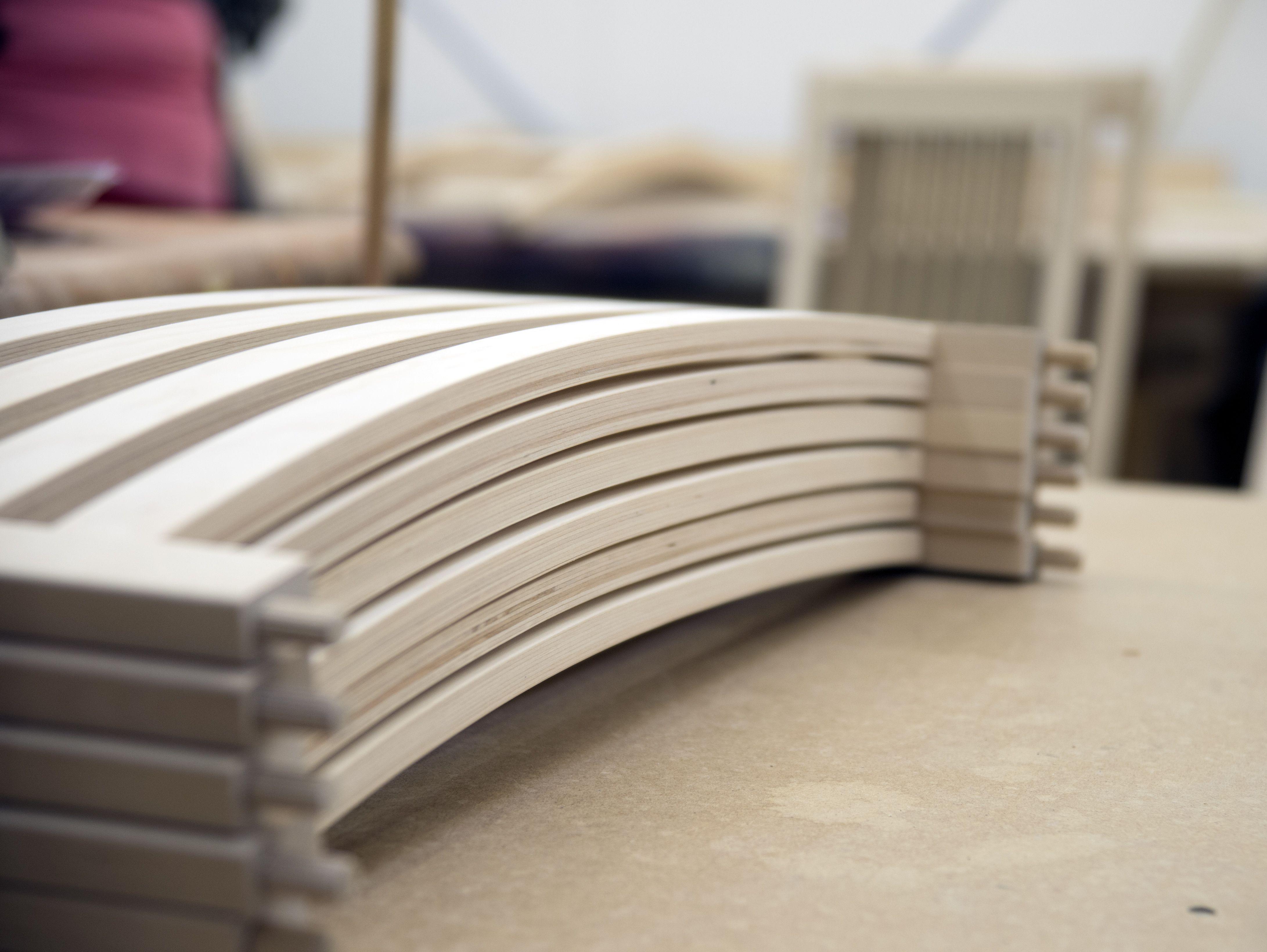 Työvaihe: Ruokatuolin selkänojan valmistus   Craft: Dining chair frame production Tuotantolinja: Pöydät   Production line: Dining   #pohjanmaan #pohjanmaankaluste  #craftsman #craftsmanship #handmadefurniture #furnituremaker #furnituredecor